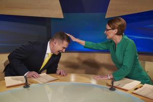 Uudistesaade 2016, saatejuhid Priit Kuusk ja Kadri Hinrikus. Märtsis tähistas ETV lipulaev