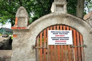 A bilingual sign on the gate of the local prayer house warns of a 50€ fine for littering on Lake Peipus.