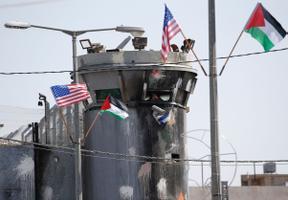 USA ja Palestiina lipp Iisraeli kontrollpunkti kõrval.