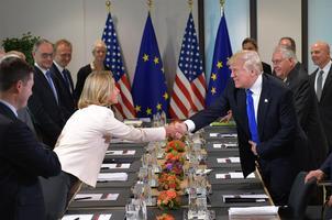 Trump kätlemas Euroopa Liidu välispoliitika juhi Federica Mogheriniga.