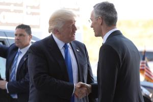 NATO peasekretär Jens Stoltenberg Donald Trumpi tervitamas.