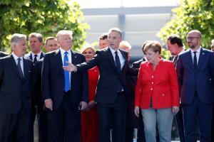 NATO riikide liidrid enne tippkohtumise algust ühispildiks poseerimas.