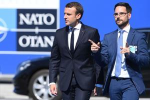 Prantsusmaa president Emmanuel Macron (vasakul) NATO tippkohtumisele saabumas.