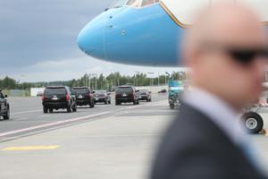 Mike Pence'i lennuki saabumine.