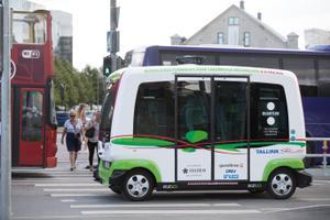 Isesõitev buss Mere puiesteel. Tallinn