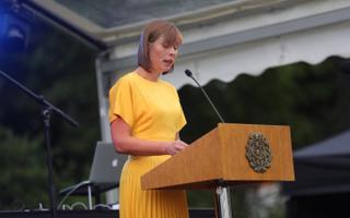 Kersti Kaljulaid Kadrioru lossi roosiaias.