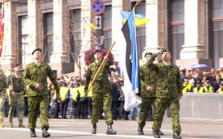 Eesti kaitseväe lipumeeskond Ukraina iseseisvuspäeva paraadil.