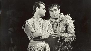 """Ivo Kuusk Tamino rollis Mozarti ooperis """"Võluflööt"""" (1964), Papageno – Georg Ots. Foto: Rahvusooper Estonia arhiiv"""