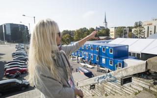 Eesistumise ürituste korraldamise nõunik Saskia Laasik näitab meediasoojakuid.