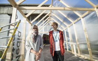 Saskia Laasik ja Ott Kangur teevad ekskursiooni spetsiaalselt tippkohtumise ajaks ehitatud ruumides.