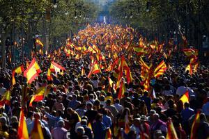 В Барселоне прошел многотысячный митинг в поддержку единства Испании.