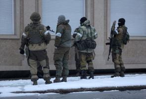 Sõjaväeriietuses relvastatud isikud Luganskis valitsushooneid blokeerimas.