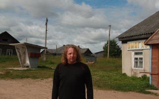 Autor Madis Arukask külapoe juures. Ladva külastu, Leningradi oblast, 2015