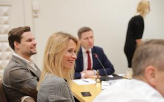 Reformierakonna juhatuse liikmed kogunevad koosolekule.