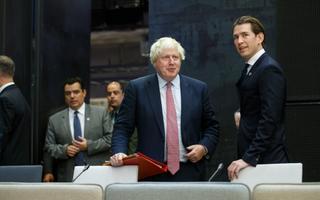 Boris Johnson vestleb välisministrite kohtumisel Kultuurikatlas Sebastian Kurziga, kes oli ametisse asudes maailma noorim välisminister ja kellest sai detsembris Austria kantsleriks tõustes maailma noorim valitsusjuht.
