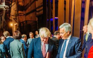 Briti välisminister Boris Johnson uudistab kompvekke jagavat pakirobotit.