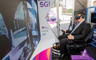 Digitippkohtumisel on väljas tulevikutehnoloogiate expo, kus saab näha nii isesõitvat Audit kui kaugjuhitavat koppa Peaminister Jüri Ratas heidab pilgu virtuaalreaalsusse.
