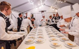 Eesti tippkokad valmistuvad Euroopa liidrite kuuekäiguliseks õhtusöögiks Kadrioru kunstimuuseumis.