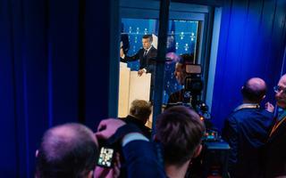 Ajakirjanikke on nõnda palju ja ruumid sedavõrd väiksed, et suur osa ajakirjanikest peab Emmanuel Macroni pressikonverentsi vaatama ukse taga. Pressikonverentsil juhatab vägesid võimukas pressiesindaja, kes otsustab, keda ruumi lasta ja keda mitte.