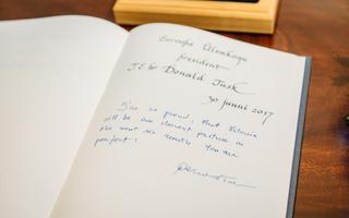 ...ja jätab külalisteraamatusse südamliku sõnumi: