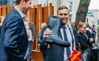 Kummikud ei kuulu just tihti ametnike ja poliitikute töögarderoobi, kuid Eestis kuluvad need keskkonnaministritele küll ära.