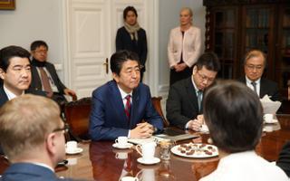 Jaapani peaminister (keskel) möödunud aastal visiidil Eestis.