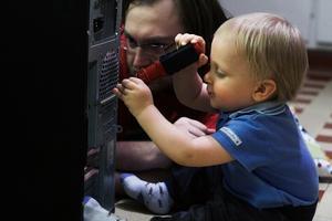 Väike meister Kaur on sel pildil 13-kuune, kuid juba arvutitehnikas asjalik.