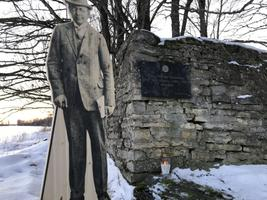 Majandus- ja taristuminister Urve Palo läks Läänemaale Illuste külla, et asetada sall Jüri Uluotsa monumendile.