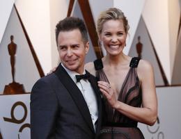 Parima meeskõrvalosa Oscari nominent Sam Rockwell koos Leslie Bibbiga