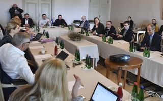 Valitsuskabinet riigieelarve strateegia üle arutlemas.