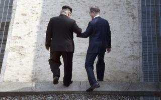 Põhja-Korea liider Kim Jong-un ja Lõuna-Korea president Moon Jae-in astuvad üle kaht riiki eraldava demarkatsioonijoone.