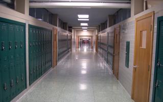 Selline näeb välja tavaline koolikoridor USAs. Koridorid moodustavad keskmiselt kolmandiku koolimajast - selmet hoida seinad lageda ja igavana võiks neist kujundada vaikivad õpiabilised.
