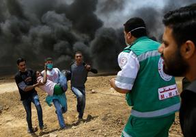 Palestiina meeleavaldajad kannavad viga saanud protestijat abi saama.