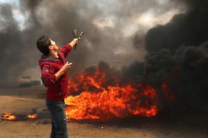 Palestiina meeleavaldaja kasutab lingu kivi heitmiseks Iisraeli vägede suunas.