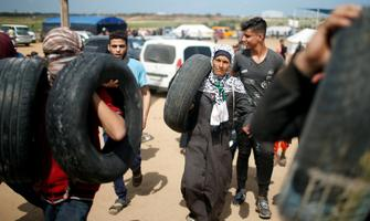 Palestiina meeleavaldajd põletavad autorehve.
