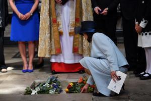 Stephen Hawkingi tuhka sisaldavalt urnile asetab lilled tema endine  naine Jane Hawking.