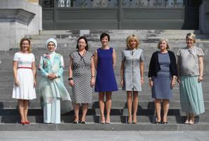 Karin Ratas (paremal) koos teiste valitsusjuhtide abikaasadega Tervureni Aafrika-muuseumis.