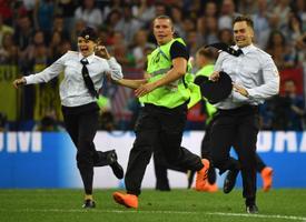 Pussy Rioti liikmed jooksid jalgpalli MM-i finaalmängu ajal väljakule.