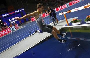 Thomas Röhler tähistas kullavõitu suplusega takistusjooksu veetakistuses.