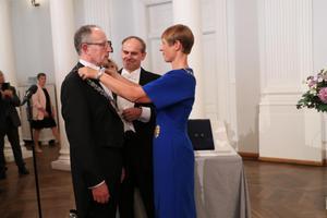 President Kersti Kaljulaid panemas rektor Toomas Asserile kaela ametiraha.