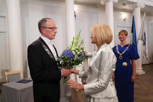 Tartu Ülilkooli nõukogu esimees Ruth Oltjer õnnitlemas rektor Toomas Asserit.