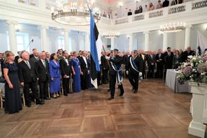 Eesti Üliõpilaste Seltsi lipuvalve toomas aulasse lippu.