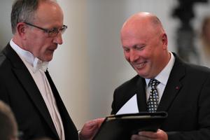 Rektor Asser ja viimaseid hetki rektori kohusetäitja ametis olev Tõnu Lehtsaar enne ametisse pühitsemist.