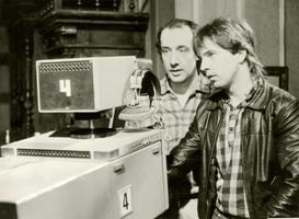 Telelavastuse salvestus aastal 1987, pildil Roman Baskin koos operaator Aare Varikuga