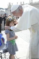 Paavst õnnistas Ohios viieaastast Elizabeth Lizzy Myersit, kes kannatab Usheri sündroomi käes, mis põhjustab nägemisekaotust ja kõrvakuulmise halvenemist