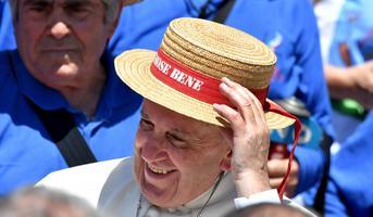 Paavst pani pähe lapse kingitud mütsi 2016. aasta juubelipidustustel Vatikanis