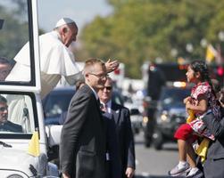 Viieaastane Mehhikost pärit Sophie Cruz ulatas Washingtoni visiidi ajal paavstile kirja, kus palub immigratsioonireformi. 2015
