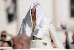 Paavstil on raskusi oma rüü kontrolli all hoidmisega Püha Peetruse väljakul Vatikanis