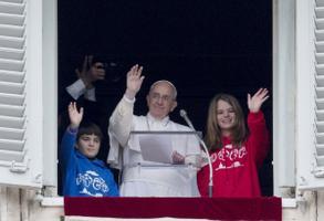 Paavst tervitab koos lastega rahvamasse Püha Peetruse väljakul Vatikanis. 2015
