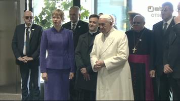 President Kersti Kaljulaid ja paavst Franciscus Tallinna lennujaamas